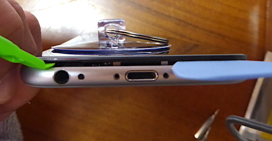 02iPhone6吸盤を使って液晶部を開ける.jpg