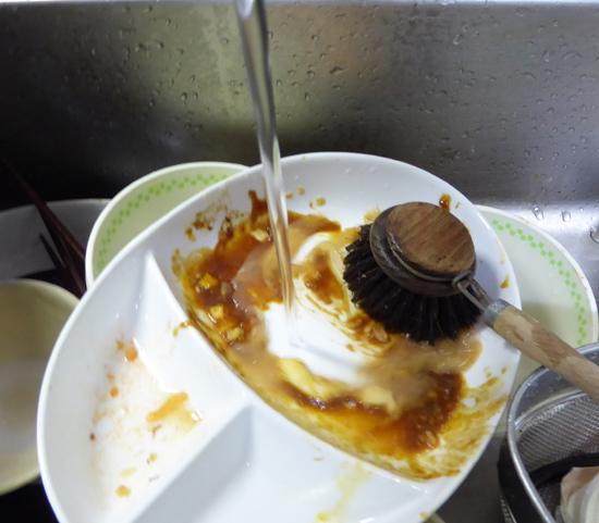 34皿をブラシで洗浄中.jpg