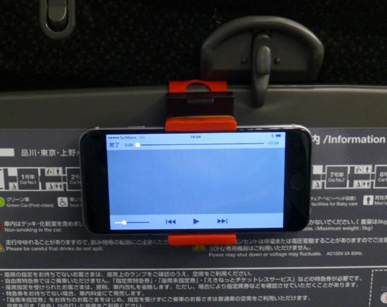 12列車のテーブルにiphoneを.jpg